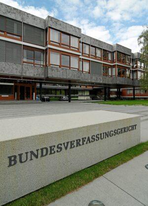 """Bundesverfassungsgericht in Karlsruhe, Eingang zum Richtergebäude mit Schriftzug """"Bundesverfassungsgericht""""."""